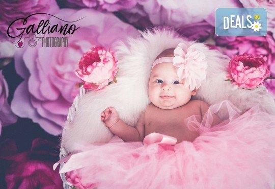 Професионална фотосесия за бебета в студио с 35 обработени кадъра с красиви декори и аксесоари от GALLIANO PHOTHOGRAPHY! - Снимка 1