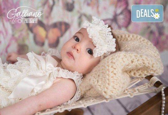 Професионална фотосесия за бебета в студио с 35 обработени кадъра с красиви декори и аксесоари от GALLIANO PHOTHOGRAPHY! - Снимка 2