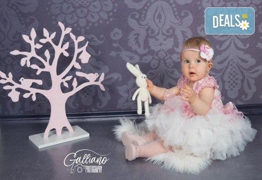 Професионална фотосесия за бебета в студио с 35 обработени кадъра с красиви декори и аксесоари от GALLIANO PHOTHOGRAPHY! - Снимка 19