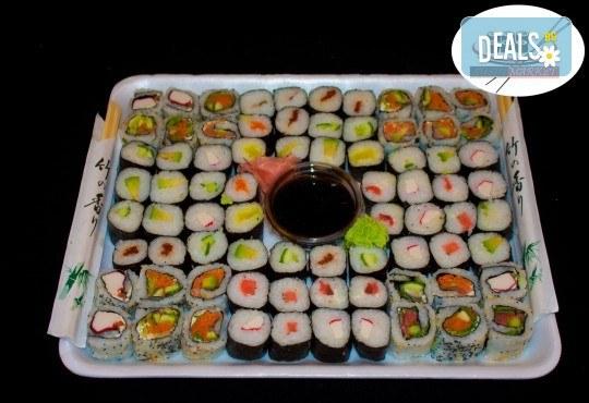 Вземете 80 вкусни суши хапки с пушена сьомга, филаделфия и скариди с възможност за доставка от Sushi Market! - Снимка 1