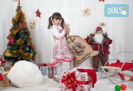 Професионална Коледна фотосесия в студио - индивидуална, детска или семейна, с до 100 обработени кадъра от Arsov Image! - Снимка 1