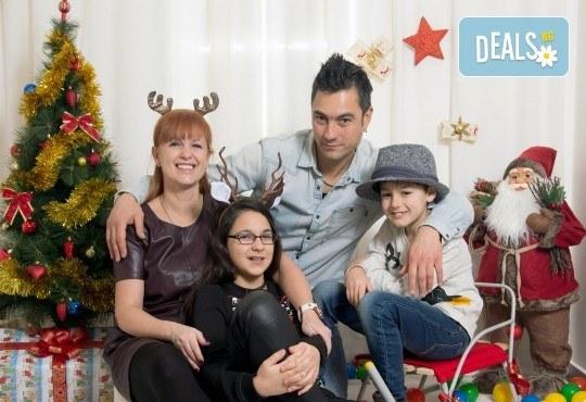 Професионална Коледна фотосесия в студио - индивидуална, детска или семейна, с до 100 обработени кадъра от Arsov Image! - Снимка 4