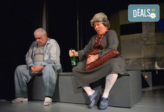 На 8-ми ноември (сряда) гледайте Болница накрай света - комедийна постановка на сръбския режисьор Дино Мустафич в МГТ Зад канала! - Снимка 8