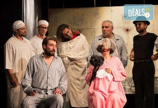 На 8-ми ноември (сряда) гледайте Болница накрай света - комедийна постановка на сръбския режисьор Дино Мустафич в МГТ Зад канала! - Снимка 1