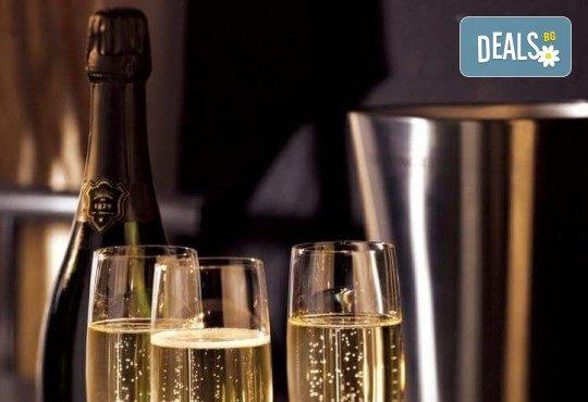 За Вас студенти! Заповядайте на ексклузивно Gatsby The night of Real Emotion парти на 08.12! Куверт за 1 човек със забавна шоу програма, пол денс, състезания по двойки, френско шампанско, охладен хайвер, суши и марково уиски - Снимка 4