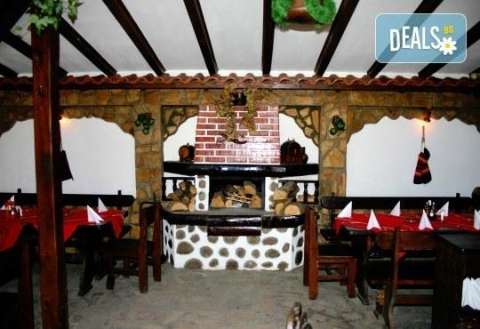 Посрещнете Новата 2018 година в Механа Ореха в Банско! Новогодишен куверт с напитки, салата, сухи мезета, предястие, специалитет и десерт! - Снимка 1