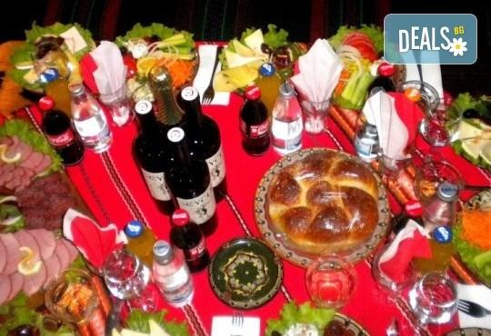 Посрещнете Новата 2018 година в Механа Ореха в Банско! Новогодишен куверт с напитки, салата, сухи мезета, предястие, специалитет и десерт! - Снимка 5