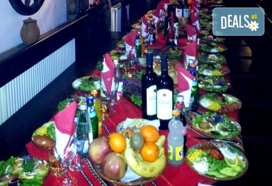 Посрещнете Новата 2018 година в Механа Ореха в Банско! Новогодишен куверт с напитки, салата, сухи мезета, предястие, специалитет и десерт! - Снимка 6