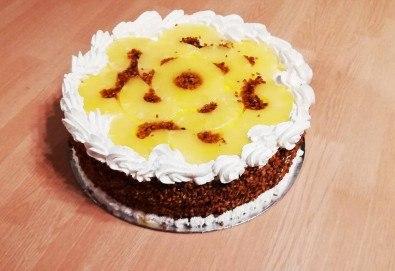 Вземете изкусителна торта със сметанов крем и парченца ананас, 14-16 парчета, от сладкарница Черешка! - Снимка