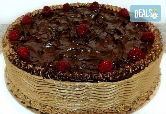 Изненадайте любимите си хора с торта с течен шоколад и малини, 14-16 парчета, от сладкарница Черешка! - Снимка 1