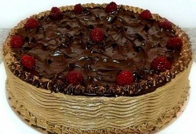 Изненадайте любимите си хора с торта с течен шоколад и малини, 14-16 парчета, от сладкарница Черешка! - Снимка