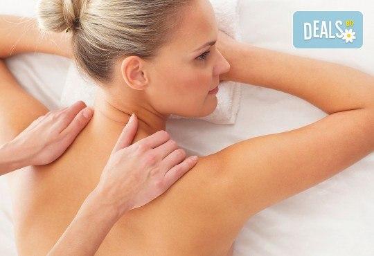 Класически или болкоуспокояващ масаж на цяло тяло с топли билкови масла и консултация с кинезитерапевт в холистичен център Physio Point! - Снимка 1