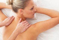 Класически или болкоуспокояващ масаж на цяло тяло с топли билкови масла и консултация с кинезитерапевт в холистичен център Physio Point! - Снимка
