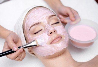 Почистване на лице с ултразвукова шпатула, вкарване на серум с ултразвук, нанасяне на маска с или без кислородна терапия по избор в Женско царство - Център /Хасиенда/ ! - Снимка