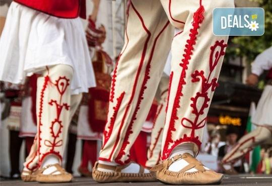 Усетете магията на българския танц! Два урока по народни танци за начинаещи в танцов клуб Леона! - Снимка 1