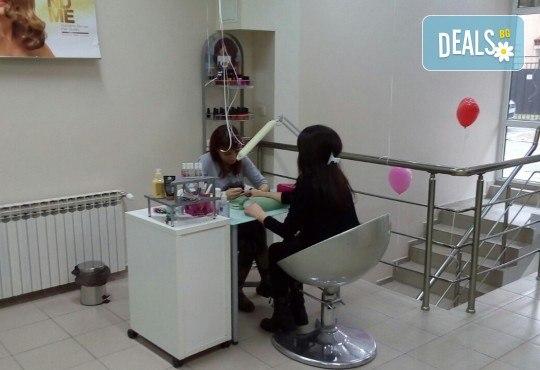 Боядисване с боя на клиента или на салона, терапия за коса, масажно измиване и оформяне с арганова преса в Женско царство! - Снимка 4