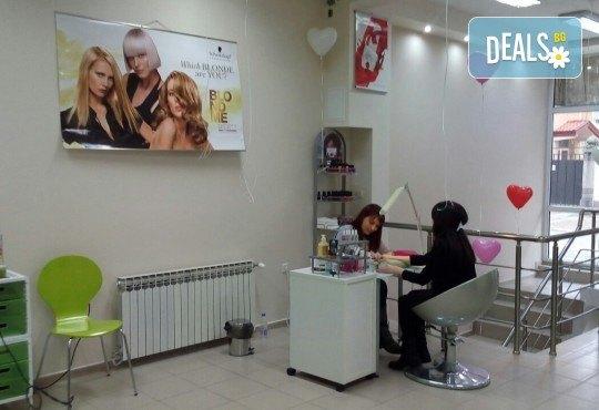 Боядисване с боя на клиента или на салона, терапия за коса, масажно измиване и оформяне с арганова преса в Женско царство! - Снимка 5