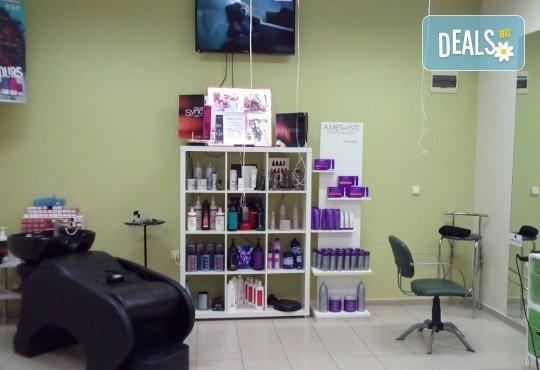 Боядисване с боя на клиента или на салона, терапия за коса, масажно измиване и оформяне с арганова преса в Женско царство! - Снимка 7