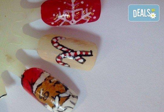 Празничен маникюр за Коледа и за Нова година с гел лак BlueSky, рисувани 2 тематични декорации, вграждане на камъчета и смесване на цветове от Салон Мечта! - Снимка 11