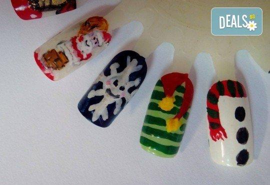 Празничен маникюр за Коледа и за Нова година с гел лак BlueSky, рисувани 2 тематични декорации, вграждане на камъчета и смесване на цветове от Салон Мечта! - Снимка 12