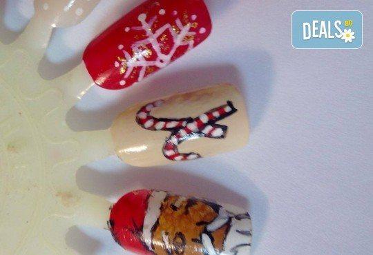 Празничен маникюр за Коледа и за Нова година с гел лак BlueSky, рисувани 2 тематични декорации, вграждане на камъчета и смесване на цветове от Салон Мечта! - Снимка 15