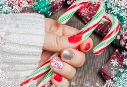 Празничен маникюр за Коледа и за Нова година с гел лак BlueSky, рисувани 2 тематични декорации, вграждане на камъчета и смесване на цветове от Салон Мечта! - Снимка