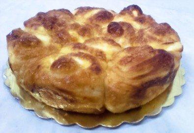 ЕДИН или ДВА килограма домашна вързана баница със сирене, яйца, кашкавал, гауда и дърпани кори от Пекарна СЛЪНЦЕ!