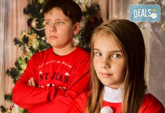 Магично предложение за Вас и Вашето семейство! Коледна фотосесия с 25 обработени кадъра от Pandzherov Photography - Снимка 6