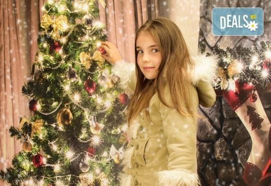Магично предложение за Вас и Вашето семейство! Коледна фотосесия с 25 обработени кадъра от Pandzherov Photography - Снимка 1