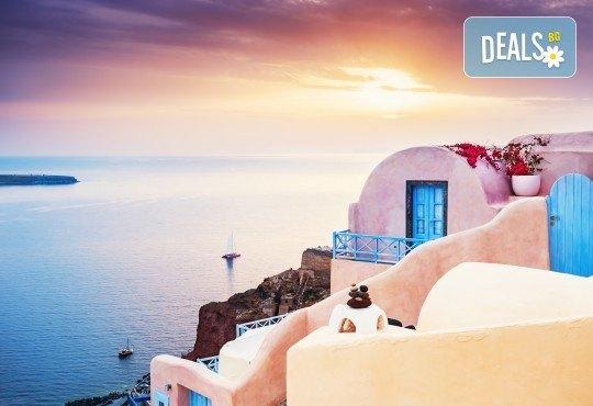 Ранни записвания за Великден на романтичния остров Санторини! 4 нощувки със закуски, транспорт, фериботни такси и билети - Снимка 1