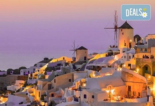 Ранни записвания за Великден на романтичния остров Санторини! 4 нощувки със закуски, транспорт, фериботни такси и билети - Снимка 4