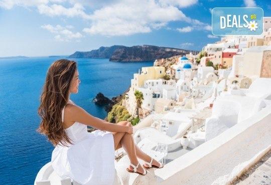 Почивка на романтичния остров Санторини! 4 нощувки със закуски, транспорт, фериботни билети и посещение на Атина - Снимка 1