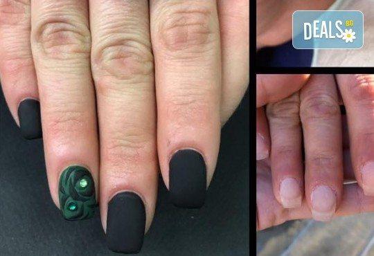 Маникюр с гел лак Cuccio или BLACK BOTTLE, 4 3D декорации, масаж, хидратираща терапия Cuccio и сваляне на стария гел лак в салон BLOOM beauty & spa - Снимка 3