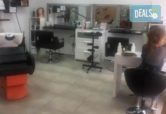 Маникюр с гел лак Cuccio или BLACK BOTTLE, 4 3D декорации, масаж, хидратираща терапия Cuccio и сваляне на стария гел лак в салон BLOOM beauty & spa - Снимка 11