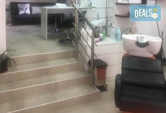 Маникюр с гел лак Cuccio или BLACK BOTTLE, 4 3D декорации, масаж, хидратираща терапия Cuccio и сваляне на стария гел лак в салон BLOOM beauty & spa - Снимка 12