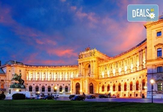 Коледна приказка във Виена, Австрия! 2 нощувки със закуски, транспорт, посещение на коледните базари и търговски центрове - Снимка 3