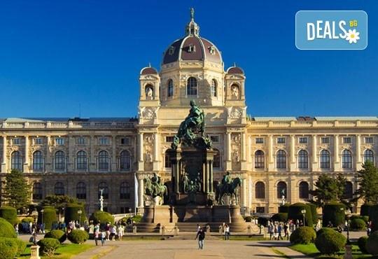 Коледна приказка във Виена, Австрия! 2 нощувки със закуски, транспорт, посещение на коледните базари и търговски центрове - Снимка 6