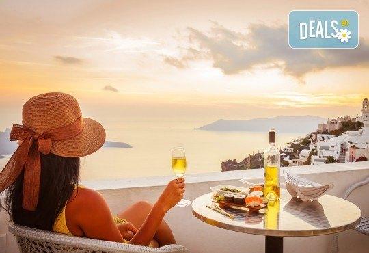 Великден на романтичния остров Санторини, Гърция! 4 нощувки със закуски, транспорт, фериботни такси и билети, посещение на Атина - Снимка 1