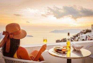 Великден на романтичния остров Санторини, Гърция! 4 нощувки със закуски, транспорт, фериботни такси и билети, посещение на Атина - Снимка