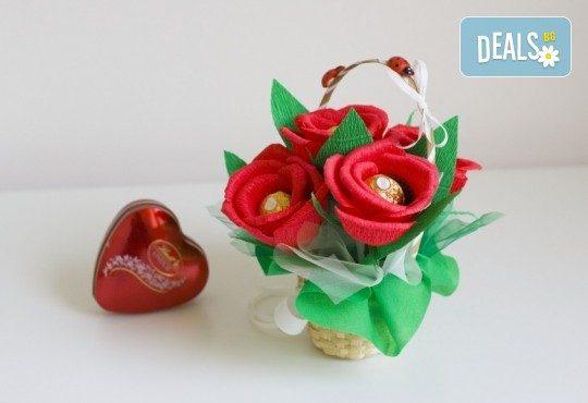 Букет Нежност или Калина, съставен от шоколадови бонбони и красиви декорации, от Онлайн магазин за подаръци Банана - Снимка 2