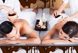 Шоколадов релакс за двама! Терапия Тройно шоколадово блаженство: синхронен шоколадов масаж за двама, маска за лице с чист козметичен шоколад и комплимент: бял или черен шоколад за десерт от Chocolate studio - Снимка