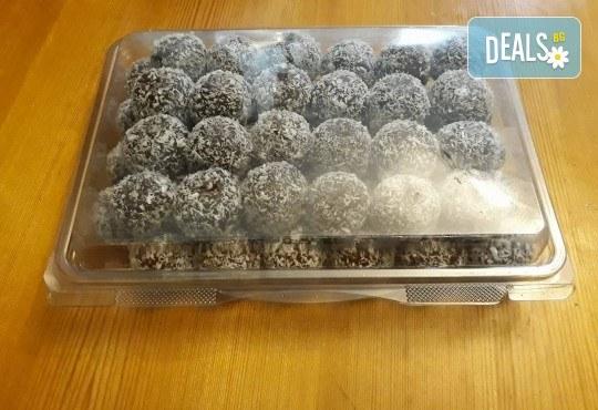 За празниците! Един килограм снежни топки с шоколад и кокос от майстор-сладкарите на Работилница за вкусотии Рави! - Снимка 2