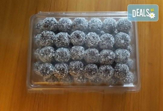 За празниците! Един килограм снежни топки с шоколад и кокос от майстор-сладкарите на Работилница за вкусотии Рави! - Снимка 1