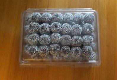 За празниците! Един килограм снежни топки с шоколад и кокос от майстор-сладкарите на Работилница за вкусотии Рави! - Снимка