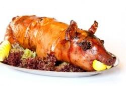 За празниците! Цяло печено прасенце - красиво декорирано и готово за сервиране, от Топ Кет Кетъринг - Снимка