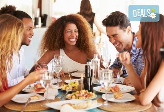 Апетитно меню, включващо шопска салата, пълнен свински бут с ориз, задушени зеленчуци, подправки и домашна питка, от кулинарна работилница Деличи! - Снимка 4