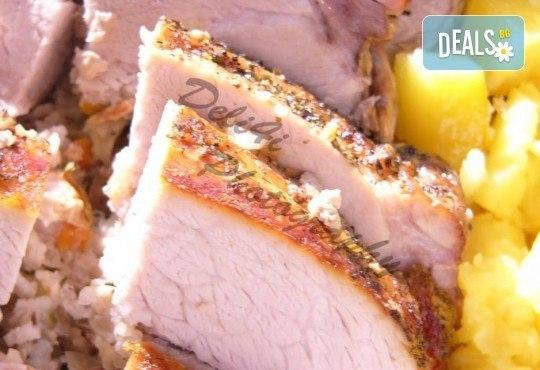 Апетитно меню, включващо шопска салата, пълнен свински бут с ориз, задушени зеленчуци, подправки и домашна питка, от кулинарна работилница Деличи! - Снимка 2
