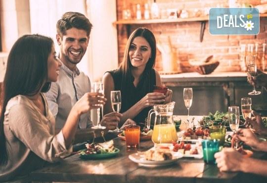 Апетитно меню, включващо шопска салата, пълнен свински бут с ориз, задушени зеленчуци, подправки и домашна питка, от кулинарна работилница Деличи! - Снимка 1
