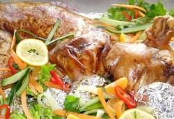 Цяло печено прасенце по традиционна рецепта, аранжирано и декорирано за директно сервиране, от кулинарна работилница Деличи! - Снимка