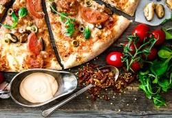 Голяма фамилна пица: Капричоза, Попай, Поло, Кариола или др. за вкъщи или за консумация на място в Ресторант Златна круша! - Снимка